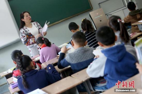 Pupils attend a class. (File photo/China News Service)