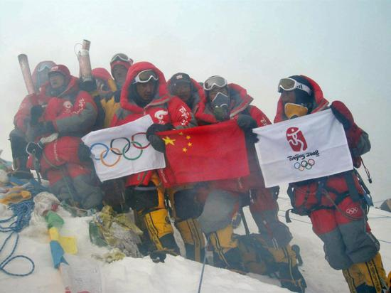 Chinese mountaineers who conquered Mount Qomolangma