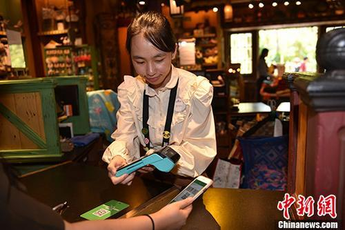 Wechat Pay can be used in the Hong Kong Disneyland starting from May 24, 2018. (Photo/China News Service)
