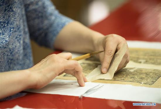Master of ancient book restoration passes on craftsmanship to save cultural relics