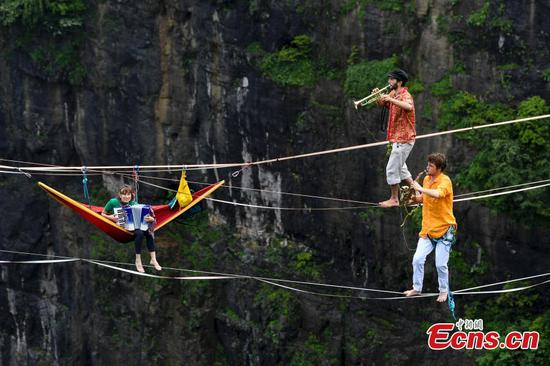 HouleDouse musical band performs on slacklines across cliffs in China
