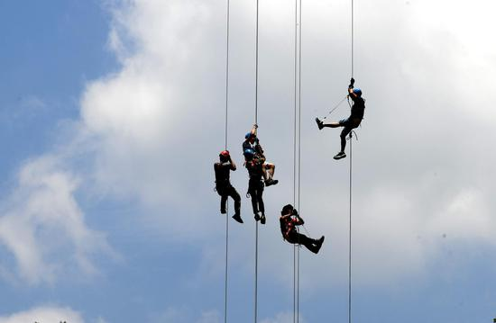 Extreme sports enthusiasts challenge 188m-high glass bridge in Fujian