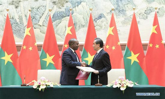 Chinese State Councilor and Foreign Minister Wang Yi and Burkina Faso's Foreign Minister Alpha Barry sign a joint communique to resume diplomatic relations between China and Burkina Faso, in Beijing, capital of China, May 26, 2018. (Photo/Xinhua)