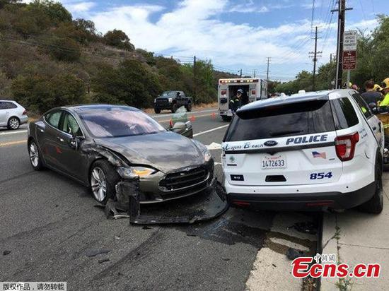 Tesla crashes with parked police car