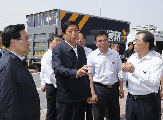 Li Zhanshu, chairman of the National People's Congress Standing Committee and a member of the Standing Committee of the Political Bureau of the Communist Party of China Central Committee, visits a pollution monitoring station on a road in Zhengzhou, central China's Henan Province, May 27, 2018. Li made an inspection tour on the implementation of the Air Pollution Control Law in Henan from May 24 to 28. (Xinhua/Ding Lin)
