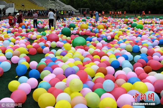 Gaokao-sitting students relieve pressure by smashing balloons