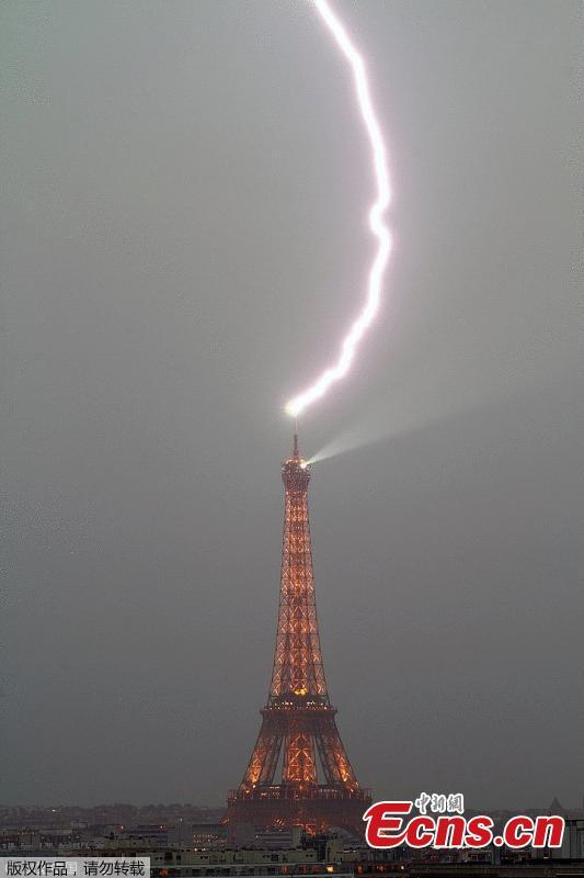 Lightning hits Eiffel Tower during storm