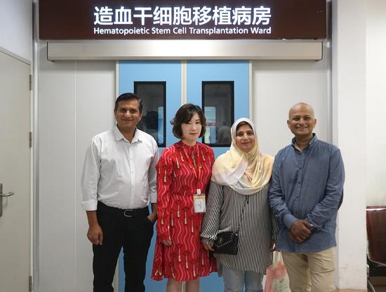 (From left to right) Tahseen Dilbar's elder brother, a representative from China Stem Cell Group, Tahseen Dilbar's wife Jasmin Tahira and Tahseen Dilbar pose for photos before Dilbar leaves hospital after a hematopoietic stem cell transplant at Shanghai General Hospital on Thursday. (Photo provided to chinadaily.com.cn)