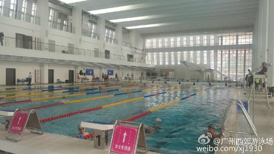 Guangzhou's Xijiao Swimming Plaza set up pink signs designating special 'female-only' lanes for women. (Photo/Weibo)