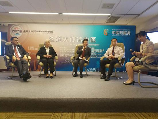Ma Liangxiao (first from right), an acupuncture doctoral supervisor at Beijing University of Chinese Medicine, hosts a panel discussion on TCM in Beijing on May 30, 2018. Eugenia Bellova, who runs a TCM clinic in Slovakia and is also wife of ambassador of Slovakia to China (second from left), and Wu Zhendou (center), vice-director of the international cooperation department at the State Administration of Traditional Chinese Medicine of China, are the co-panelists. (Photo by Song Jingli/chinadaily.com.cn)
