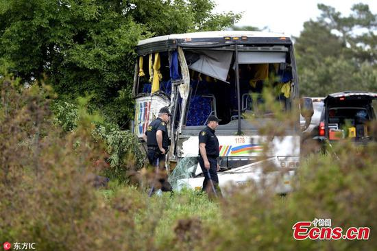 Bus carrying 37 Chinese tourists crashes in Canada, 24 injured