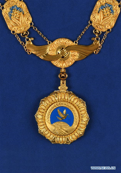 This photo shows the friendship medal of the People's Republic of China. (Xinhua)