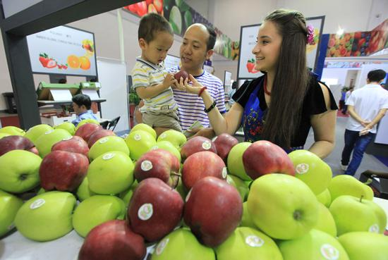 Apples grown in Poland attract visitors during an industry expo held in Ningbo, East China's Zhejiang Province. (Photo by Zhang Yongtao/For China Daily)