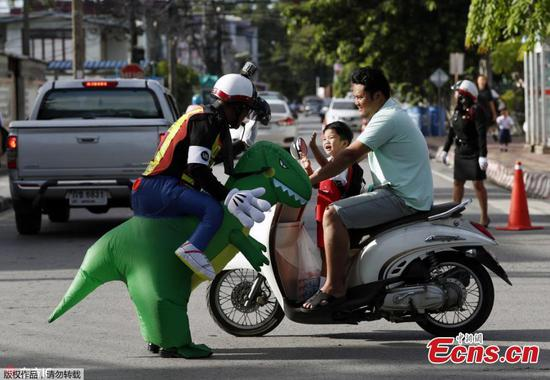 'Dino' traffic cop wins hearts of parents, pupils