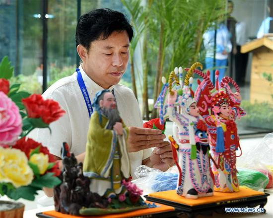 Chinese culture displayed at media center for 18th SCO Summit in Qingdao