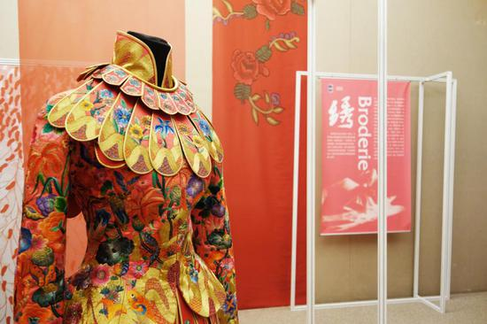 Chinese silk shines at exhibition in Paris