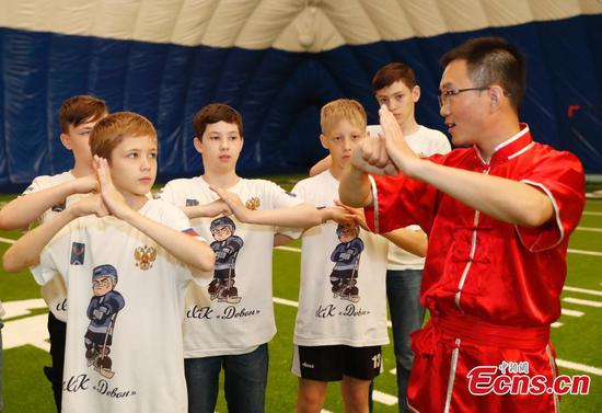 Russian ice hockey players visit Beijing school