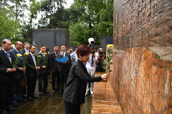 Hung Hsiu-chu pays homage to deceased expeditionary forces