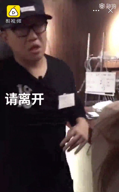 The restaurant manager asked two Chinese customers to leave. (Screenshot of Pear Video)