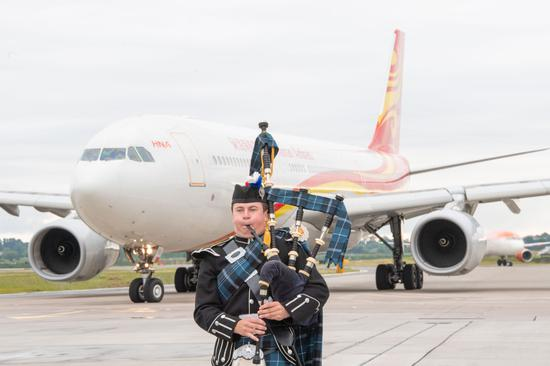 A piper from the world famous Royal Edinburgh Military Tattoo welcomes passengers from Beijing to Scotland at Edinburgh Airport June 12, 2018. (Photo provided to chinadaily.com.cn)
