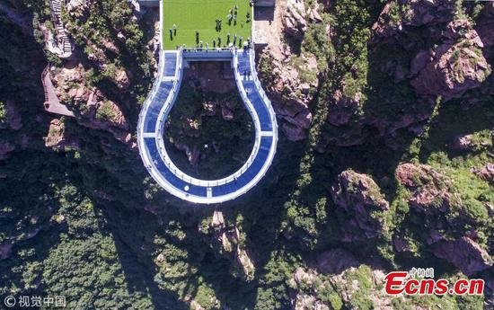 U-shaped skywalk to open in central China