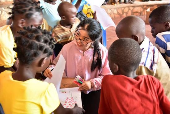 来自浙江的中国医疗队为中非共和国的儿童提供护理