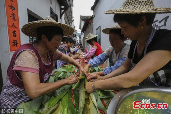Villagers make 20.18-meter-long zongzi for Dragon Boat Festival