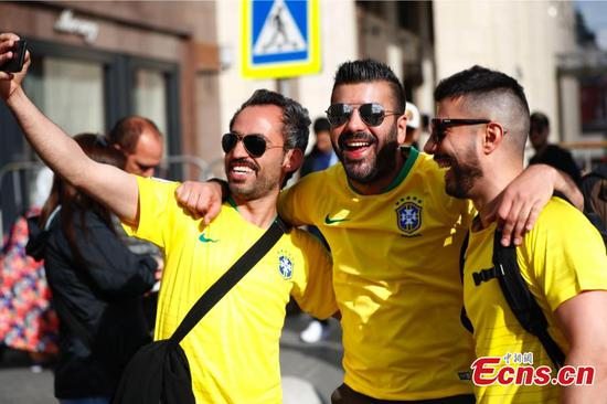 World Cup fans meet in Moscow's Red Square