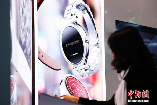 A wearable device attracts visitors at an exhibition. (Photo/China News Service)