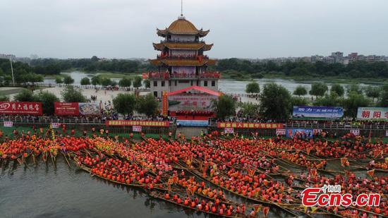 Over 3,000 compete in dragon boat race in Hunan