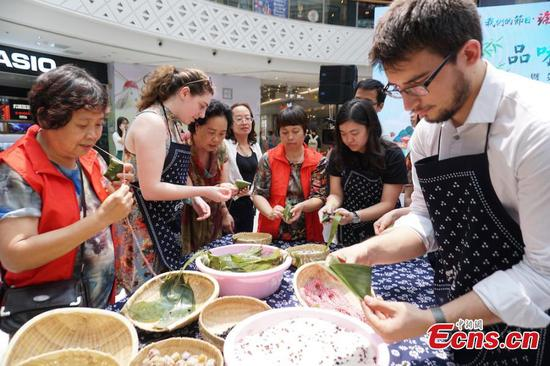 Expats learn to make Zongzi to celebrate Dragon Boat Festival