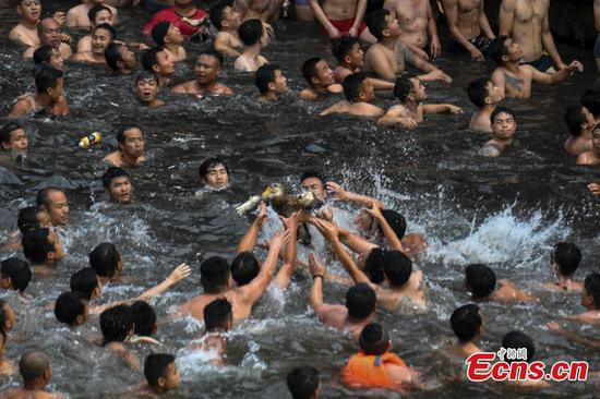 Duck-grabbing tradition in ancient town
