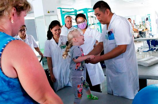 A Russian child with cerebral palsy gets treatment in Sanya Traditional Chinese Medicine Hospital. (Photo provided to China Daily)
