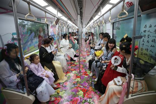 Tang Dynasty-themed subway train rolls out in Xi'an