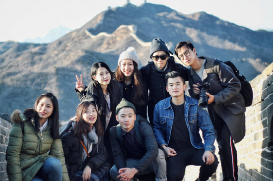 Students from Taiwan, Hong Kong and Macao from Renmin University of China take a photo at the Great Wall in Beijing during a cultural experience event. (Photo provided to China Daily)