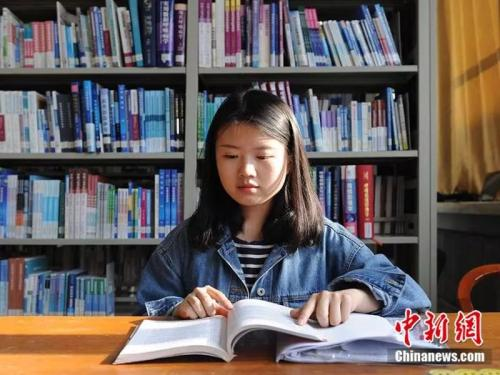 Deaf woman blazes path to Tsinghua through lip-reading, diligence and love