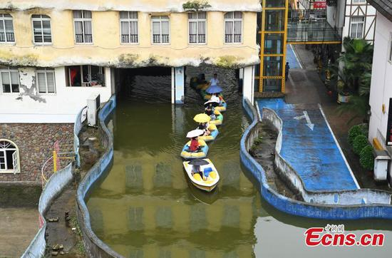 Artificial canal attracts visitors to Chongqing's wine town