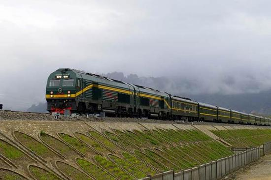 The 253-km railway line links Lhasa and Xigaze is officially put into use on Aug. 15, 2014. (Photo/Xinhua)