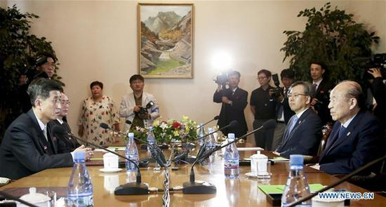 Park Kyung-seo (L), chief of the Korean Red Cross of South Korea, talks with Pak Yong Il (1st L), vice chairman of the Committee for the Peaceful Reunification of the Fatherland of the Democratic People's Republic of Korea (DPRK), during the two sides' Red-Cross talks at a hotel in DPRK's scenic resort of Mount Kumgang, June 22, 2018. (Xinhua/Red-Cross Talks Press Corps)