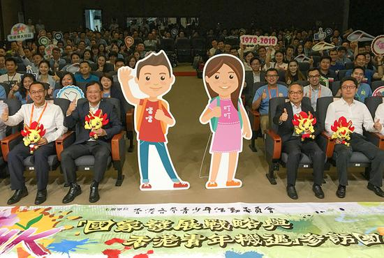 A delegation of about 150 people from Hong Kong kicks off a five-day visit to the Chinese mainland with their thumbs up at Shenzhen Museum on Monday. (HE SHUSI/CHINA DAILY)