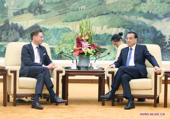 Chinese Premier Li Keqiang (R, front) meets with European Commission Vice President Jyrki Katainen, who is attending the 7th China-EU High-level Economic and Trade Dialogue, at the Great Hall of the People in Beijing, capital of China, June 25, 2018. (Xinhua/Yao Dawei)