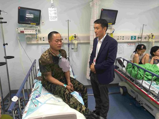 A Chinese Embassy staff member visits injured Chinese nationals in  the hospital after a fire broke out at a construction site in central South Korea's city of Sejong, June 26, 2018. /CCTV Photo