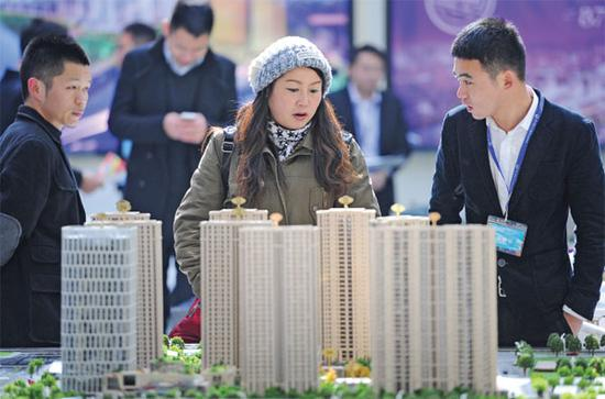 A model of housing development attracts the attention of visitors during a real estate expo in Hangzhou, capital of Zhejiang Province. (Photo provided to China Daily)