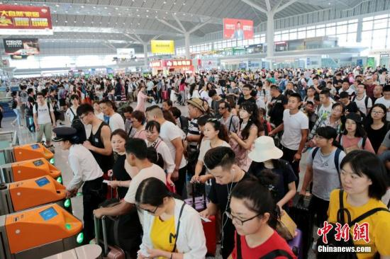 Passengers wait to take trains at the Xi 'an North Railway Station, July 1, 2018. (Photo/China News Service)
