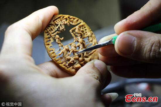 World Cup fan creates peach pit carvings