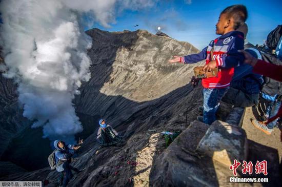 印尼信徒向布罗莫火山抛祭
