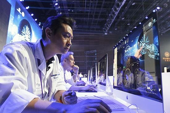 Radiologist Zhang Junhai from Shanghai Huashan Hospital reads a medical image display during a competition with BioMind, an artificial intelligence system, in Beijing on Saturday.(Photo by Chen Zebing/China Daily)