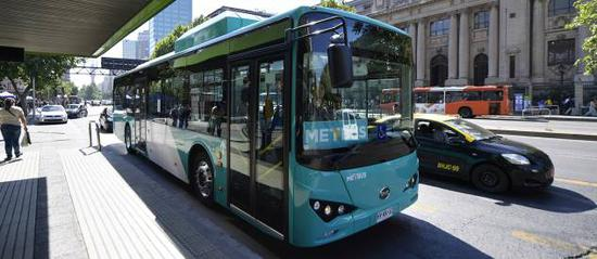 BYD pure electric bus operating Metbus Line 516, covering Santiago's main arteries.  (Photo courtesy of BYD Co. Ltd.)