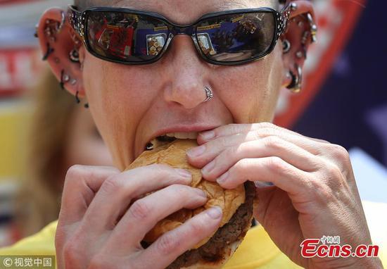 莫莉·舒勒(Molly Schuyler)在比赛中吃了27个汉堡