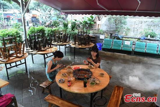 Taking hotpot and foot bath simultaneously in this Chongqing restaurant